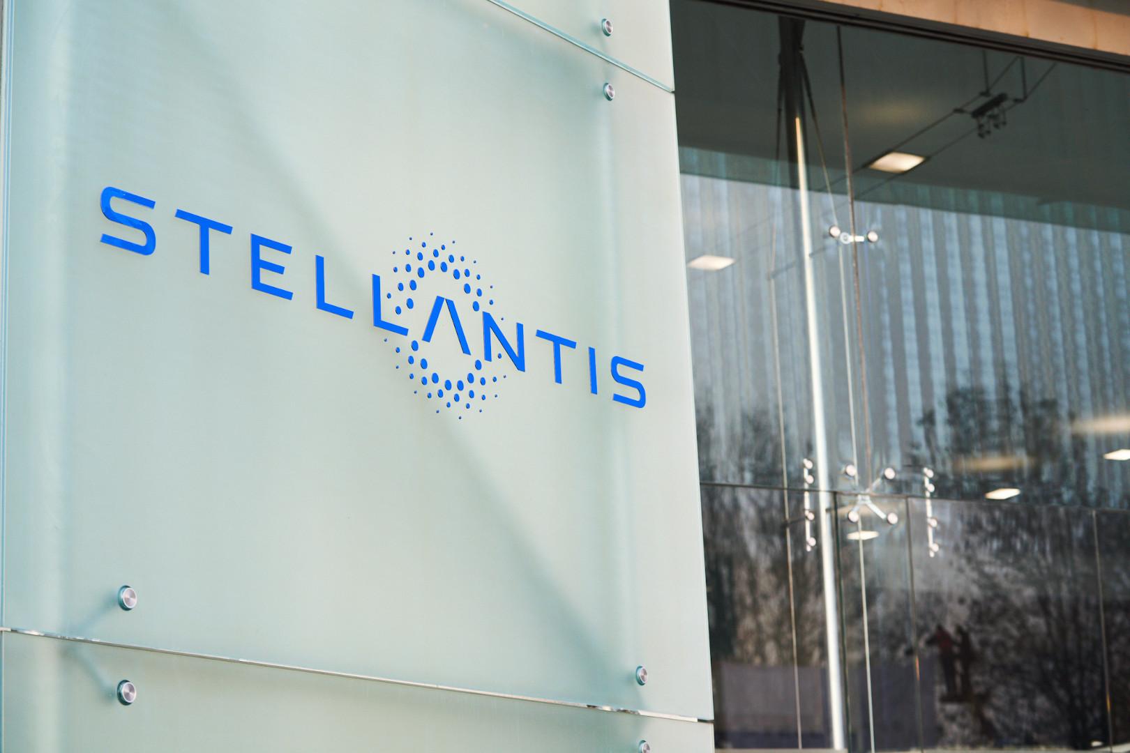 La bandiera di 'Stellantis' a Torino Mirafiori